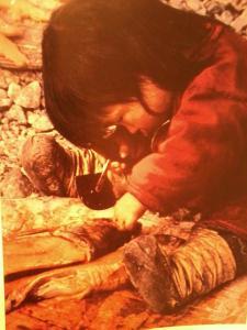 Enfant eskimo utilisant un Ulu